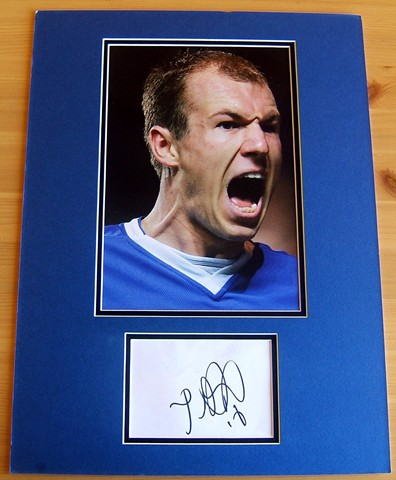 This item includes the signature of Arjen Robben. The signature has been double mounted in blue and