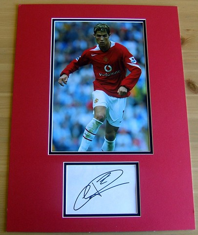 This item includes the signature of Cristiano Ronaldo. The signature has been double mounted in red