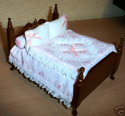 This 1:12 Scale Dollshouse Handmade Double Bedding Set in Pink and White Floral with Lace